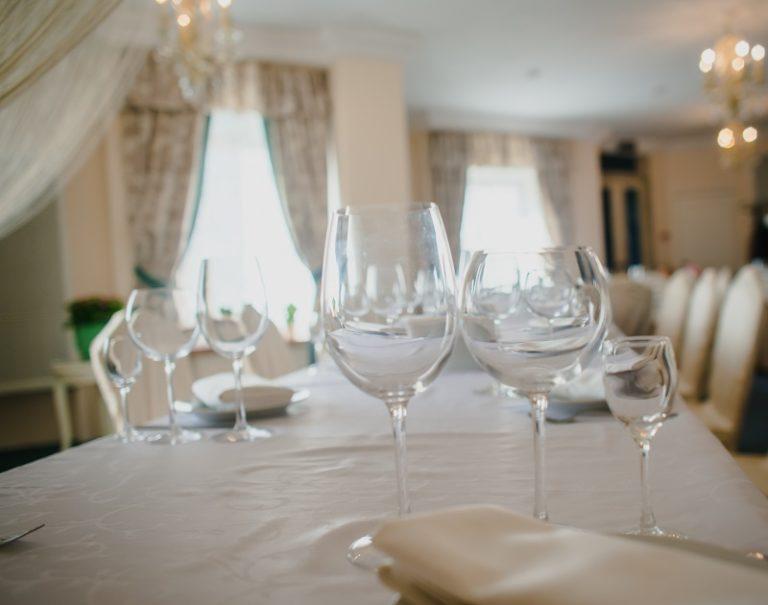 рестоан бокалы на столе